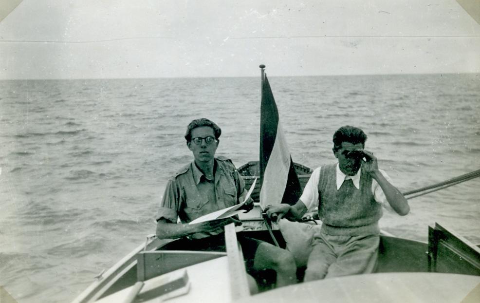 """Dick Greiner, rechts, en zoon Onno aan boord van """"De Brandaen"""" in 1947 op het IJsselmeer. Het stalen, 10 meter lange zeiljacht was door Greiner zelf ontworpen."""